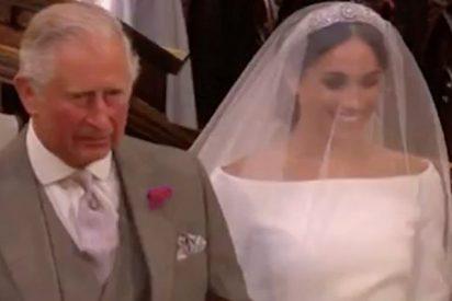 El príncipe Carlos lleva del brazo a Meghan Markle a casarse con su hijo Harry
