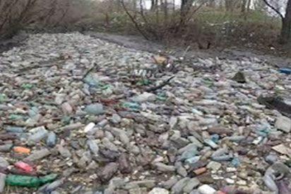 Esta isla de botellas atasca un río en Siberia