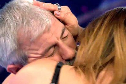El apasionado beso de tornillo entre Carlos Sobera e Yvonne Reyes