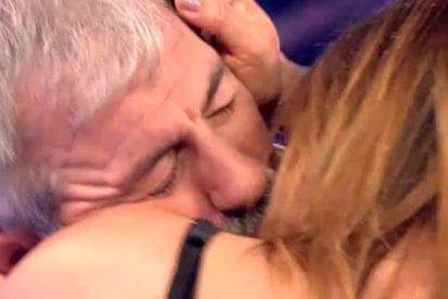 Carlos Sobera le come la boca a Ivonne Reyes