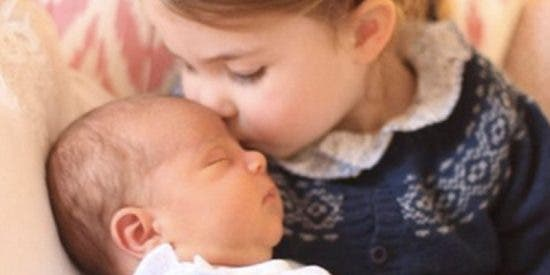 Kate Middleton conmueve a la Red con la primera foto de su tercer hijo besado por su hermana Carlota