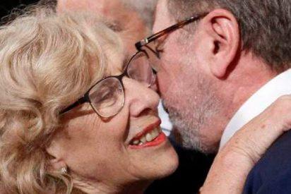 El beso más comentado entre Manuela Carmena y Juan Luis Cebrián