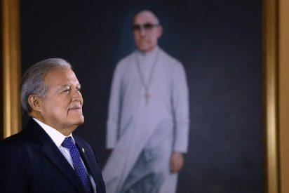 El presidente salvadoreño celebra el anuncio de la canonización de Romero en Roma