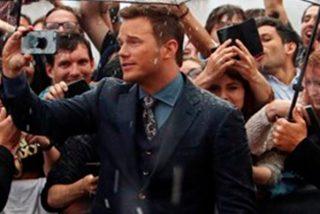 Los fans no permiten que Chris Pratt se moje literalmente en la premiere mundial de 'Jurassic World'