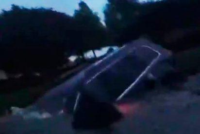 Policías rescatan a una mujer cuyo coche se hundía en un lago