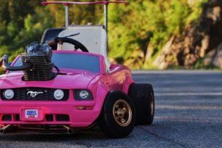 Alguien tuvo la idea de ponerle motor real a un coche de juguete de Barbie y el resultado es glorioso