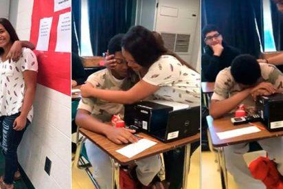 Este chico rompe a llorar en clase por el bonito gesto de una compañera