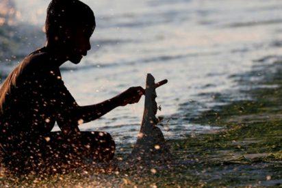 Filipinos atemorizados después de encontrar una horrible criatura peluda en la playa