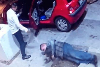 ¡Imágenes muy fuertes!: Captan este doble homicidio a la puerta del bar