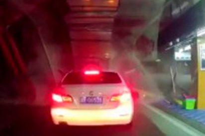 Así se derrumba el techo de un parking en China