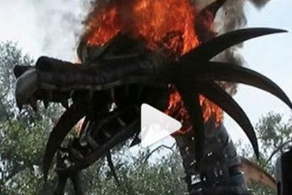 Un dragón se incendia durante el desfile en Disney World y el público cree que es parte del 'show'