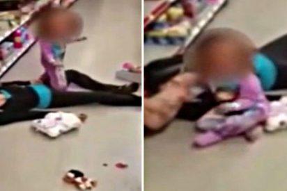La niña de dos años ruega a su madre que se levante mientras yace inerte por una sobredosis