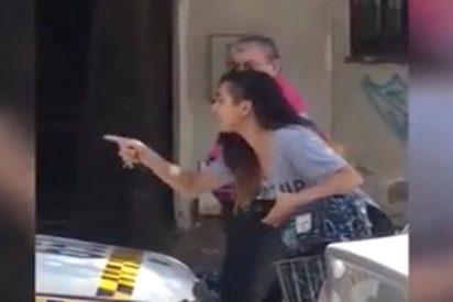 Esta joven es acosada por un taxista y lo enfrenta en medio de la calle