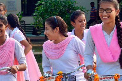 Cortan las mangas a estudiantes indias para evitar que copien en los exámenes
