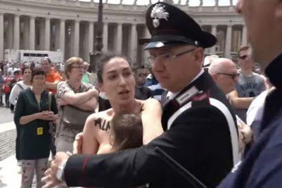 Detenida una activista de Femen que quiso amamantar en topless a su bebé en San Pedro