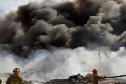 Este fuerte incendio en una recicladora desata un desastre ambiental
