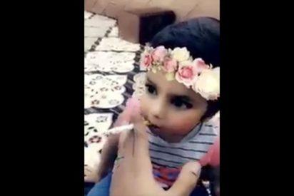¡Terrible!: Filma a su pequeña hija mientras le enseña a fumar