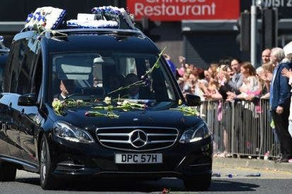 Cientos de personas acuden al funeral por Alfie Evans