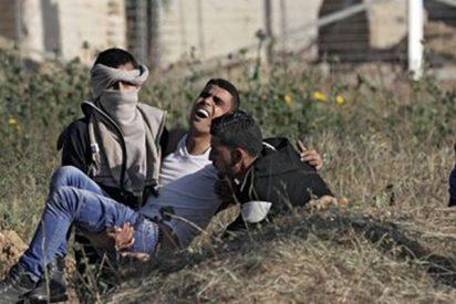 Terribles imágenes de decenas de palestinos heridos por disparos israelíes en la frontera de Gaza