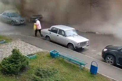 El momento exacto en el que un asqueroso 'géiser' de agua sale de una alcantarilla y cae sobre esta anciana