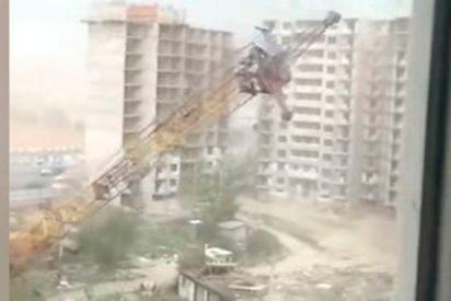 Fuerte tormenta derriba una grúa en una urbanización en construcción