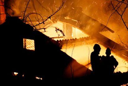 Incendia la casa tras encontrar al marido en la cama con dos mujeres