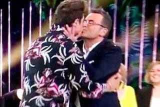Jorge Javier Vázquez lee los pezones a Abraham y terminan besándose en la boca