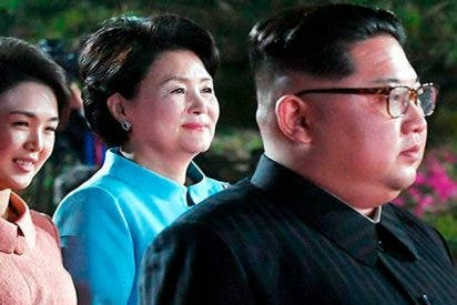 Kim Jong-un empuja a un fotógrafo que intentaba tomar fotos de su esposa