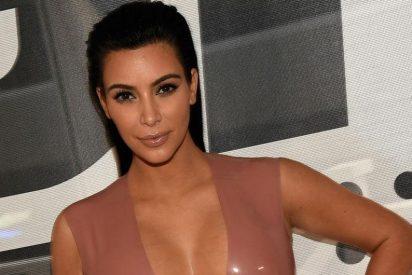 ¿Sabes cuál es el truco de Kim Kardashian para levantar sus pechos?
