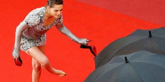 Kristen Stewart se cansa de los tacones y se los quita en la alfombra roja