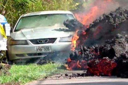 Esta enorme avalancha de lava devora un coche en Hawái