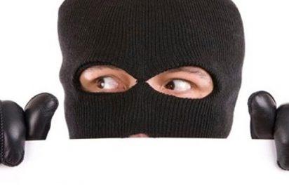 Este ladrón atraviesa así este estrecho hueco y roba 53.000 dólares en joyas