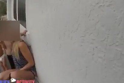 Esta madre sube a sus dos hijos a la cornisa de su casa poniéndolos en grave peligro