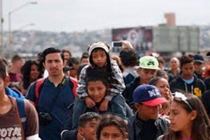 Miles de migrantes reunidos junto a la frontera con EE.UU. piden asilo a Donald Trump