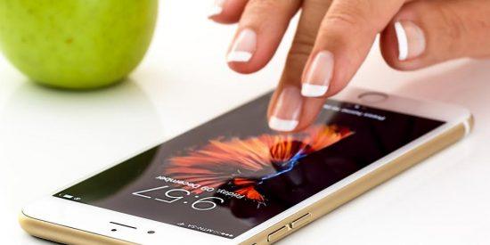 ¿El fondo negro en el móvil ayuda a ahorrar batería?