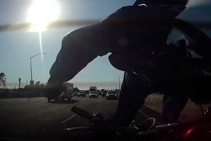 Este motociclista despistado choca así a toda velocidad con un coche y sale disparado por los aires