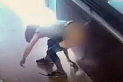 Esta mujer hace caca en el suelo y lanza sus heces al personal de una cadena de cafeterías