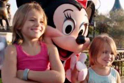 Estas dos niñas posaron felices en esta foto en Disney World, pero las manos de Minnie Mouse les arruina el momento