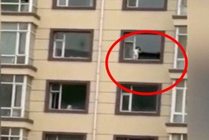 ¡Terrible!: Este niño se pasea por una ventana de una quinta planta