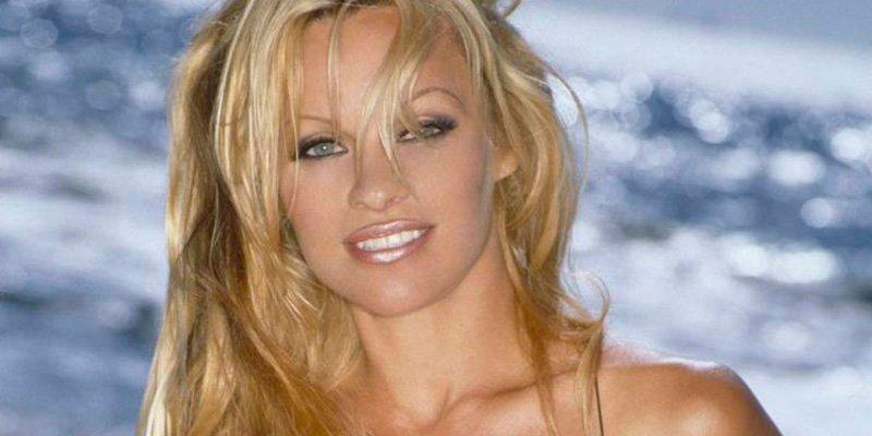 Pamela Anderson reaparece en sensual ropa interior y tacones mientras 'asalta' su refrigerador