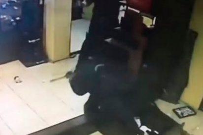 Pelea brutal a martillazos entre dos empleados y un ladrón