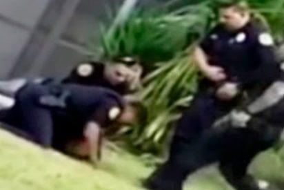 Este policía patea la cabeza de un detenido esposado en el suelo como si fuera un balón de fútbol
