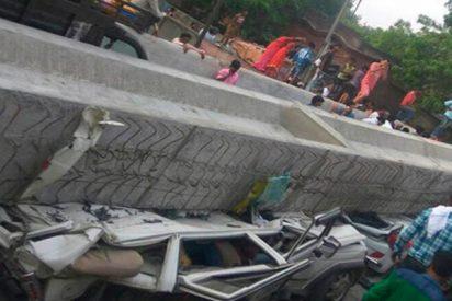 Así cayó parte de este puente en la India dejando al menos 12 muertos