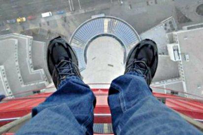 El joven suicida se arrepiente en el último minuto, decide bajarse del puente y se mata