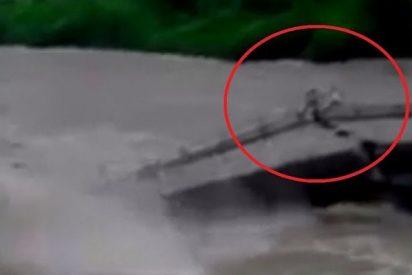 Se salvan de milagro tras que el puente se derrumbe bajo sus pies