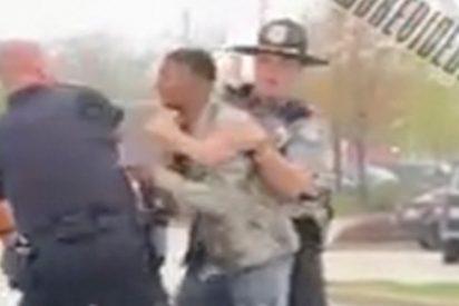 Este policía asesta un fuerte puñetazo en la cara a un adolescente afroamericano
