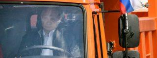 Vladimir Putin se pone al volante de un camión e inaugura a toda máquina el puente que une Rusia con Crimea