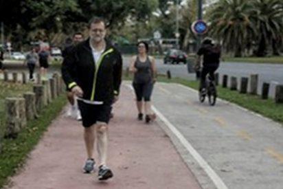 Todo el mundo se ha fijado en el mismo detalle en esta foto de Rajoy caminando por Argentina