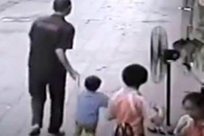 Graban a este hombre raptando a un niño en China