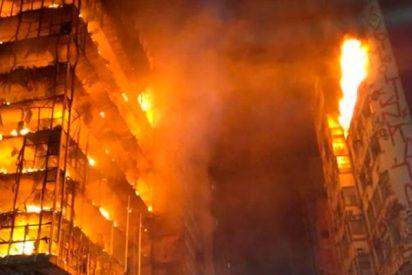 Así se derrumba este rascacielos en llamas en Brasil